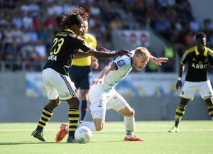 Till sist föll Gefle IF mot AIK. Här är det Robin Nilsson som är på väg att tappa balansen när Mohamed Bangura sätter in en tackling. AIK avgjorde i sista spelminuten och vann med 2–1 trots Jakob Hjeltes superinhopp.