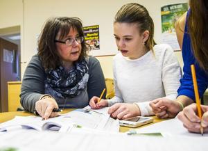 Anna-Karin Mohlin förklarar ekvationer för Miranda Wikström.