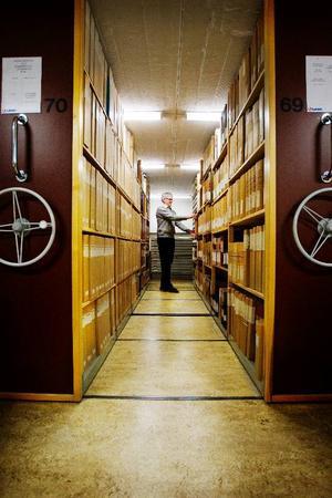 Hyllmeter efter hyllmeter med handlingar fyller landsarkivets källare. Men allt är ordnat enligt rigorösa regler. Bokbindare Georg Hansson har inga problem att hitta de dokument han söker.