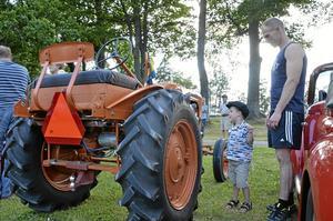 Traktorkoll. Här fanns allt från motorcyklar till traktorer, och det lockade Tudor Lovéns intresse med pappa Emil Lovén.