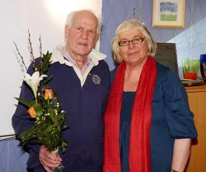 Stig Strängby tilldelades medlemsnål i guld av Ingrid Kallberg.                                                                  Foto: B-O Lydén