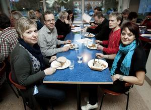 När föräldrarna till åttondeklasserna fick provsmaka torsdagens lunch var det idel positiva omdömen hos den här kvartetten, till vänster, Åsa Lundgren och Mats Kols och till höger Mats Blom och Eva Wahlqvist.