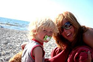 Lyckliga syskon njuter av sommaren en bit utanför Helsingborg. På bilden Rasmus och Sophie.