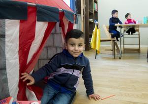 Zacharia Ali, 4 år, leker i det uppslagna tältet.