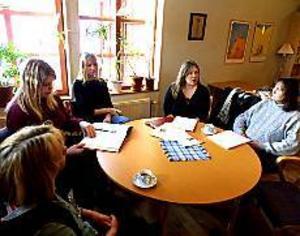 Foto: ANNA WAHLGREN Idaföreningen. Karin Sandgren, Linda och Anna Dahlberg, Tina Andersson Aldén och Mari Österberg hör till dem som pratar föreningsstart i Tomaskyrkan.