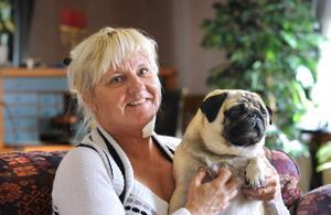 Den här bilden på Ann-Renée Forsström togs inför valet 2010. Med henne är mopsen Astro.