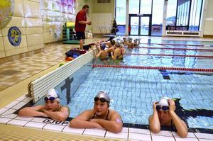 Julia Nygren, Evelina Larsson och Frida Lundström lyssnar på tränaren.