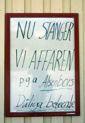 Bror Grönlund bitterhet mot Alsenborna syns tydligt utanför butiken.