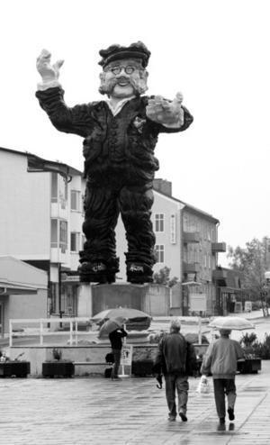 Kalle Westman-statyn restes 1994. Foto: Yngve Fredriksson