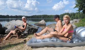 Familjen Morelius från Gävle njuter av sol och bad på en egen liten strandplätt.