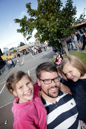Jonas Hillerström från Borlänge kom med hela familjen för att uppleva det sista av sommaren i Insjön. Här tillsammans med döttrarna Nelly och Moa.