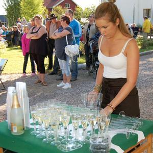 Linn Olsson gjorde i ordning välkomstdrinkar till invigningspubliken.