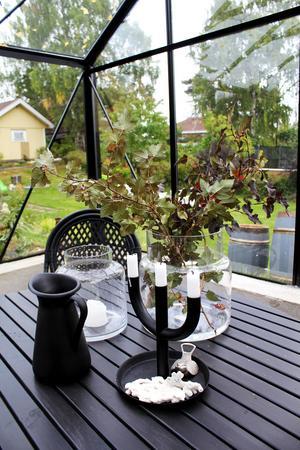 En plats för fika även långt in på hösten. Växthuset är helt tätt och håller värmen.