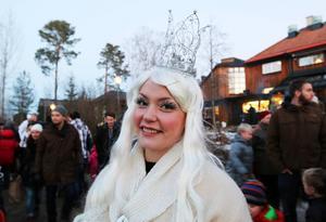 Snöprinsessan Ronja Bågling var ett uppskattat inslag bland barnen, men fick också ta emot klagomål från flera som undrade varför hon inte hade fixat fram någon snö än.   – Jag har sagt som det är, att det har varit för lite moln att jobba med, säger hon.
