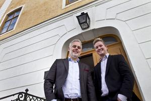 Peter Nordin och Richard Häll är märkbart nöjda med att flytta in på slottet med sina media, reklam och it-företag Precisallt Media och Screensolutions. En sådan adress är bra marknadsföring.