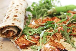 Teriyakimarinderad lax i tunna skivor, wasabi och späda blad ger tunnbrödrullar som sticker ut.