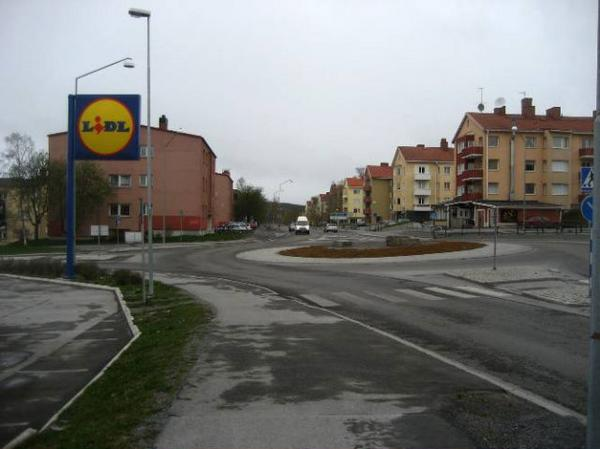 Här utanför mataffären Lidl i Östersund skadades en fotgängare när han blev påkörd av en bilförare. Skadorna           blev så allvarliga att mannen avled under tisdagskvällen.  Foto: Lasse Ljungmark