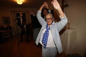 Krutgumman av stora mått. Det visade Rosa Taikon när hon dansade fram tillsammans med Hans Caldaras som sjöng härlig musik tillsammans med grabbarna i bakgrunden Hans Larsson och Christer Langborn.