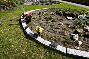 """Populärt. En nyhet sedan i höstas på Norra Griftegården är askgravplatserna som är ett mellanting mellan minneslund och urnsättning. """"Det här blir mindre anonymt än minneslund, men kräver ingen skötsel"""", säger gravansvarige Mikael Johansson."""