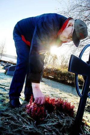 I morgon kommer tusentals svenskar att besöka någon av landets kyrkogårdar för att smycka sina anhörigas gravar, tända ljus och skänka dem en extra tanke. Redan i går besökte Gösta Olofsson sin fästmös grav i Hoverberg, om orken räcker till kommer han även att åka dit  i morgon, på Alla helgons dag.  Foto: Sandra Högman