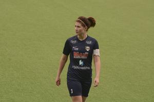 Mittbacken Johanna Pettersson är IK Huges lagkapten som inte bara är stark defensivt utan också offensivt.