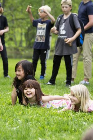 Julia Hansen, 7 år, Alva Hansen, 4 år och Maja Thorén, 7år, lärde sig att yoga på festivalen.