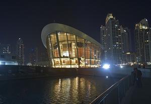 Dubais nyöppnade operahus ligger mycket centralt intill Burj El Khalifa, världens högsta byggnad.