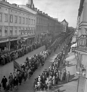 1937. Ordnad demonstration på Drottninggatan.