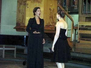 Therese Karlsson och Alexandra Linde i en duett.