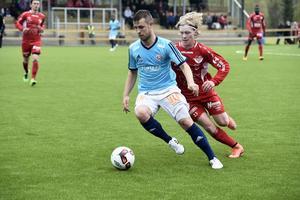 Olle Eriksson i Anundsjö jagar boll och motståndare.