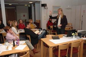 NY METOD FÖR UNGA. Pernilla Starck berättade för konferensdeltagarna om SET-metoden, där ungdomar får träna sin sociala och känslomässiga förmåga. I mitten drogsamordnaren Lars Öhman som är med och inför metoden i Tierps skolor.