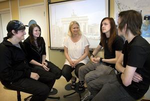 Katarina Engberg (mitten) tycker att hennes elever klarade tyskan bra när de fick pröva den på plats.