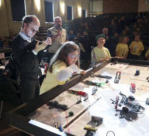 Orrarna, Julia Sundell och Leo Lindström från Orrvikens skola kämpar med sin robot som kommit på kant.