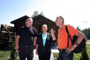 Roland Haglund och Helena Fröhler tillsammans med Pigge Werkelin framför det visningshus som nu ska sälja strandbyn.