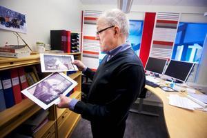 I februari 2003 upptäcktes ett paket vid entrén till polishuset på Köpmangatan som det stod bomb på. Inte långt därefter sprängdes en bankbox i Brunflo. Övervakningsbilderna har Kjell Wedin utskrivna på kontoret.