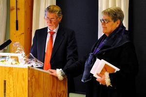 Jonas Carlgren (M), 1:e vice ordförande i Hedemora kommunfullmäktige, läser utt nomineringen till varför Ann-Marie Sörbergs fick november månads Hedemorablomma.