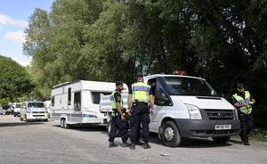 Här evakuerar polisen ett husvagnsläger med