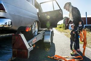 Colin hjälper mamma Frida att lasta av från släpvagnen.