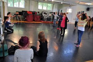 Efter att ha drillats av esteteleverna Frida Josefsson, Alice Sjöstrand, Kine Eriksson och Angelica Andersson fick eleverna från Stureskolan dansa på egen hand, påhejade av sina