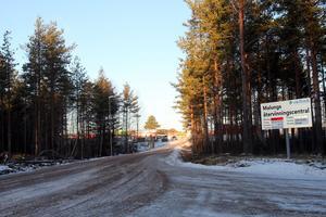 S-politikerna Carina Albertsson, Åsa Hedlöf och Hans Unander anser att de nya öppettiderna vid återvinningscentralerna innebär en försämring för både privatperoner och företag.