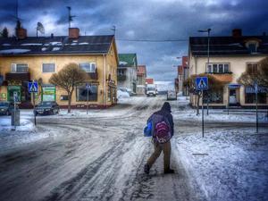 Februari: Förmiddag i Åsele. En fattig man går över gatan för att inta sin plats på ett sittunderlag utanför Ica.Hur ska förtjänsten bli i dag, tro?