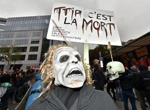 Motståndare mot frihandelsförhandlingen TTIP (Transatlantic Trade and Investment Partnership) under ett EU-toppmöte i oktober 2015. . (AP Photo/Martin Meissner)