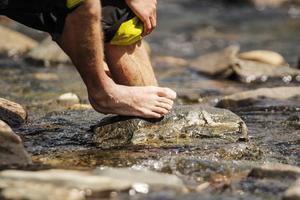Efter fyra dagars vandring tycker David Karlin att fötterna behöver en nedkylning.