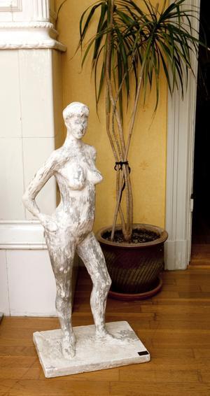 Nytt och gammalt. Vid den sekelgamla kakelugnen vilar en skulptur som Marie gjorde på konstskolan.