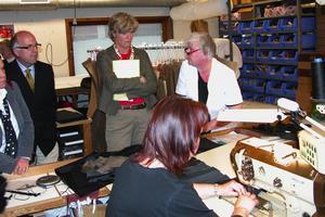 Skinnsömnad. Maria Norrfalk tyckte det var intressant att se hur en skinnarbetare arbetar.