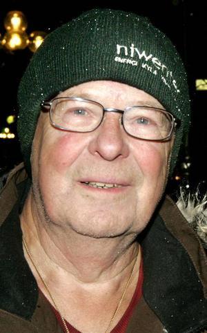 Bert Orell, 75 år, Lugnvik:– Ja. Vi ställer undan plastgranen efter trettonhelgen. Det är ju slut på julen då. Är man på två man hand så behöver man inte ha den längre.