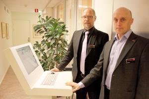 Kontantlöst. Conny Lantz, biträdande kontorschef, och Thomas Lantz, kontorschef på Swedbank i Avesta är optimistiska till en kontantlös bank.