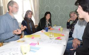 Gruppsamtal. Här diskuteras fritidsaktiviteter. Bengt Evertsson (MP), Shahrbanoo Kheirollahi, Sara Araz, Hlödur Bjarnason (KD) och Richkard Nilsén.
