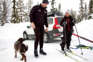 Carry och Adam Turesson åkte under torsdagen skidor i Björnrike med hunden Hero. Foto: Carin Selldén