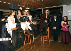 """Svarta Änkan och hennes glädjeflickor samt brukspatron Farup fanns på plats i Lofsdalen när Marit Manfredsdotter (stående på stolen) släppte den andra delen av trilogin """"Upprättelsen""""."""
